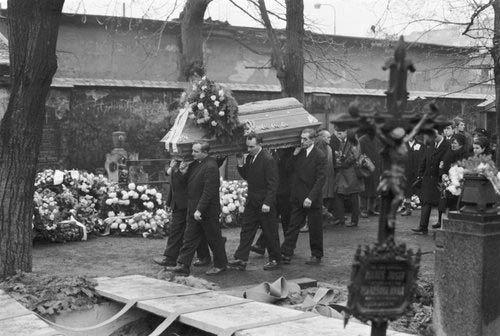 Rakev s ostatky Jana Palacha je přinášena k hrobu na Olšanských hřbitovech v Praze.