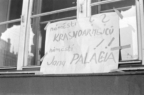 Jeden z plakátů na budově filosofické fakulty k úmrtí studenta Jana Palacha, který se upálil 16. ledna na Václavském náměstí.