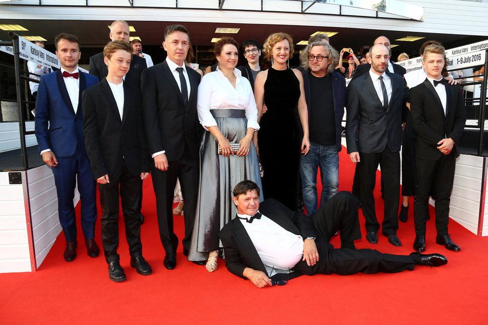 Režisér filmu Učitelka Jan Hřebejk se svým týmem herců na premiéře.
