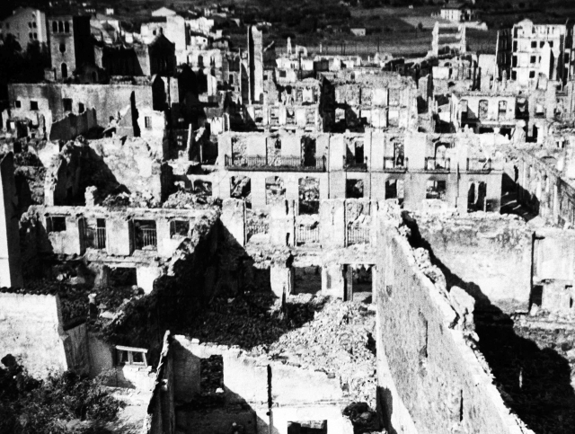Španělské město Guernica je nejznámější oběťí bombardování Legií Kondor nacistické Luftwaffe během španělské občanské války dne 26. dubna 1937