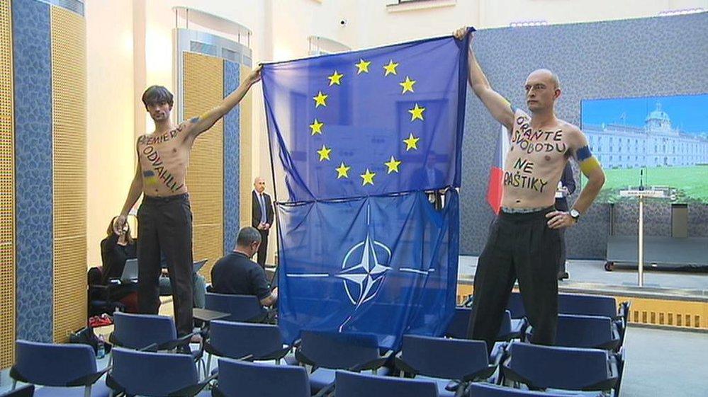 Marek Hilšer v roce 2014 na Úřadu vlády protestoval proti postoji vlády ke krizi na Ukrajině. Polonahý, s vlajkou EU a NATO.