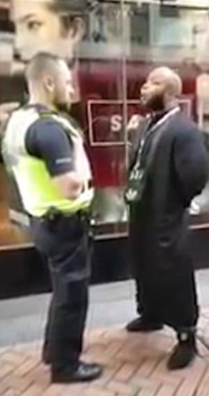 Muslimský duchovní versus policista.