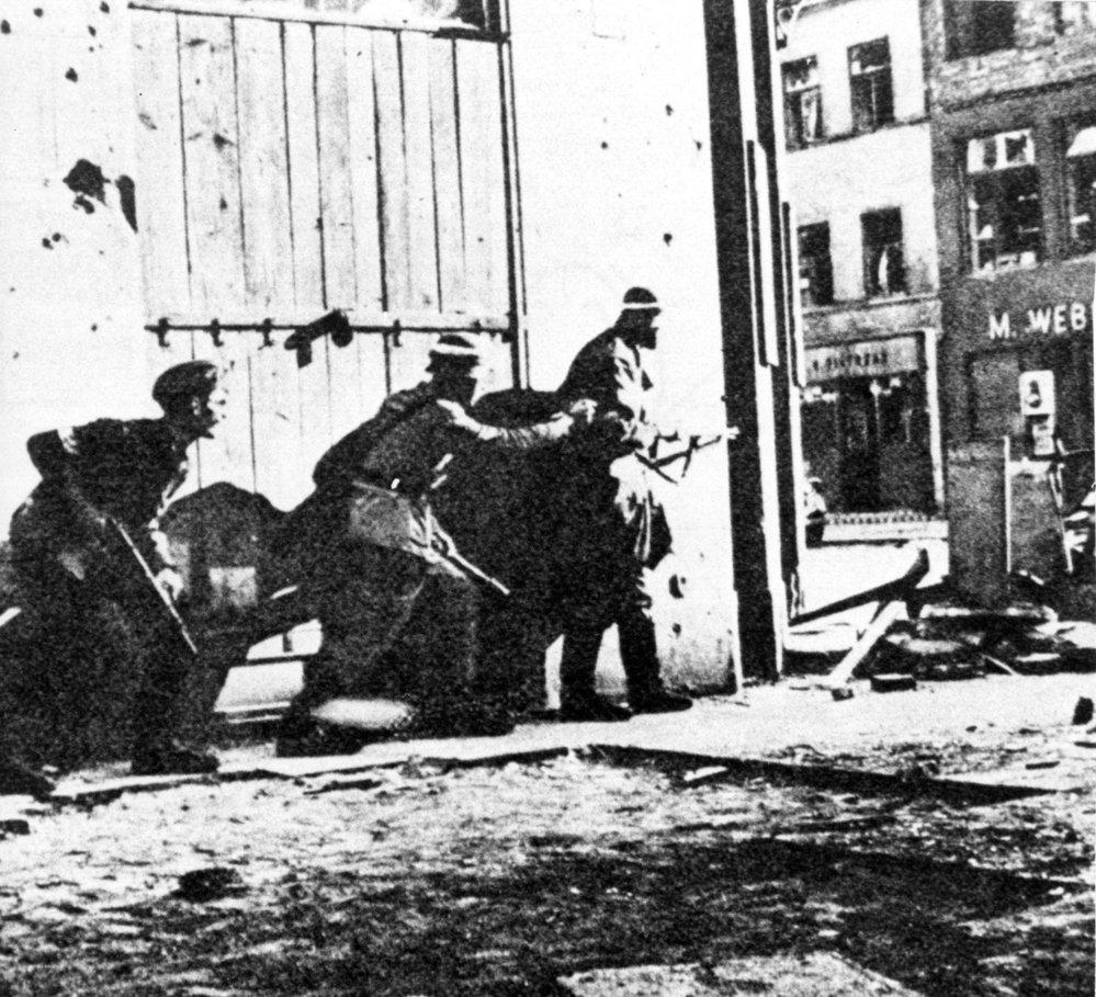 1. srpna 1944 začalo Varšavské povstání. Povstání, jež nemělo nejmenší šanci na úspěch a skončilo zbytečným krveprolitím civilního obyvatelstva. Nebo hrdinský čin, který tvoří základ polského patriotismu?