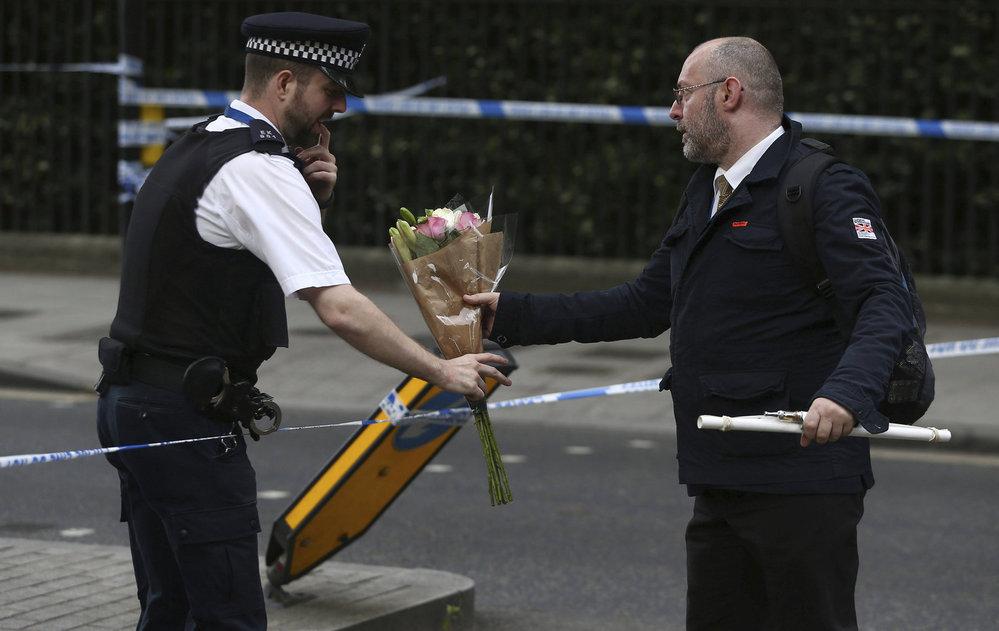 Útočník v Londýně ubodal ženu a zranil pět lidí.