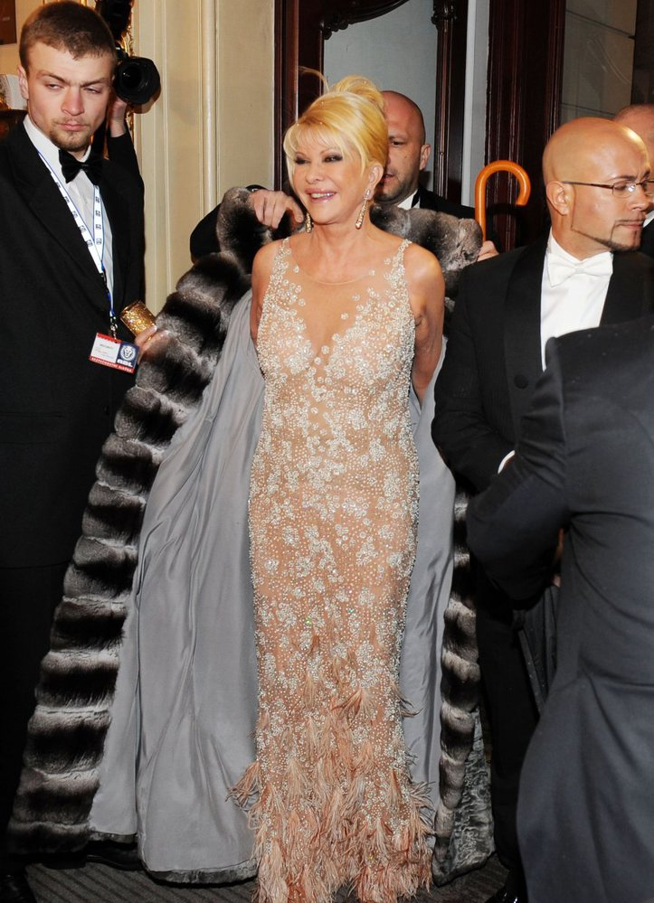 Ivana Trumpová: Nejdražší kousek. Lady Ivana byla bezkonkurenčně největší hvězdou Státní opery a svou roli na plesu rozhodně nepodcenila. Do Prahy si z Paříže přivezla hned tři toalety. Prý kdyby se náhodou něco přihodilo. Nakonec zvítězilo dlouhé pouzdro s perlovou výšivkou, jejíž dramatičnost krásně vyvažoval jednoduchý střih. Opravdu super model, nicméně rovné siluetě paní Trumpové by víc prospěla jemně rozšířená linie a štolou kryté paže.