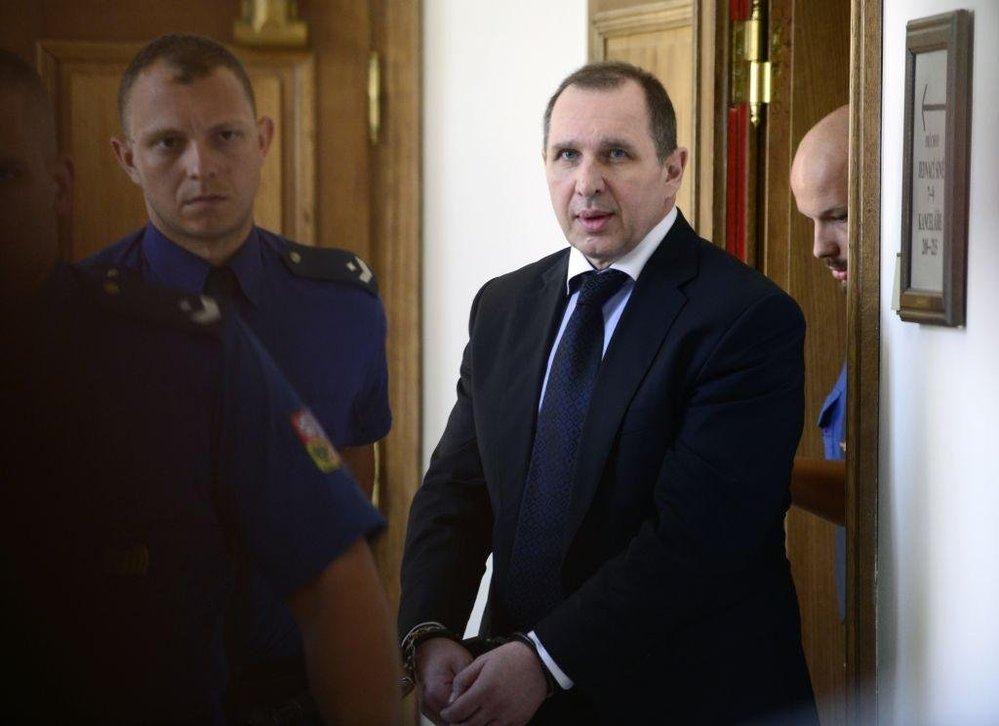 Petr Kott odchází ze soudní síně po vyhlášení přestávky v roce 2016.