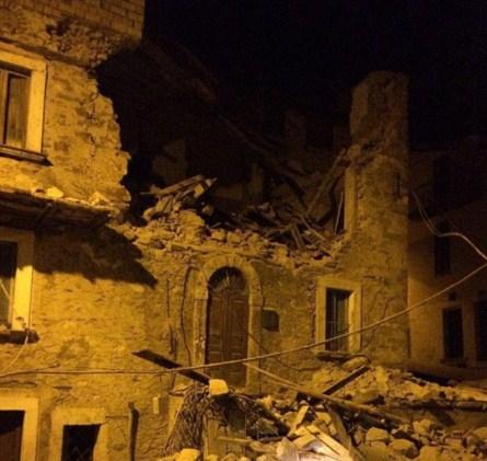 Poničené budovy po zemětřesení v Itálii