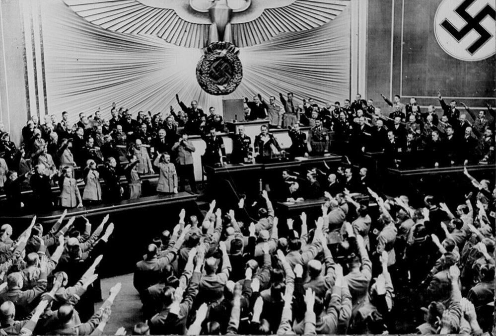 Adolf Hitler oznamuje anexi Rakouska