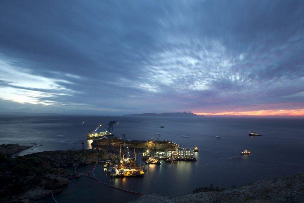 Napřimování lodě Costa Concordia u břehů italského ostrova Giglio