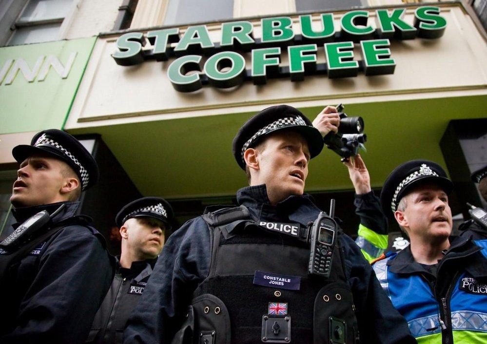 Policie chrání londýnskou kavárnu Starbucks před útokem demonstranů