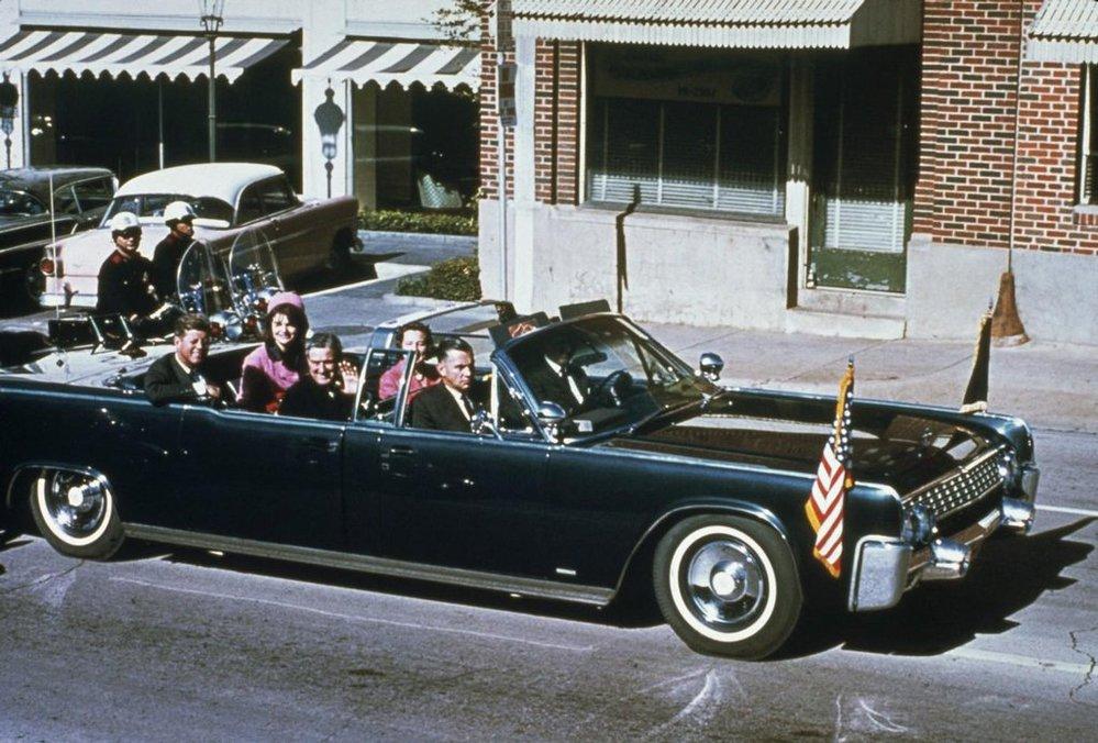 Snímek pořízený 22. listopadu 1963 před polednem v texaském Dallasu. Jen o několik minut později prezident John F. Kennedy zemřel na následky atentátu.  (Foto Profimedia)