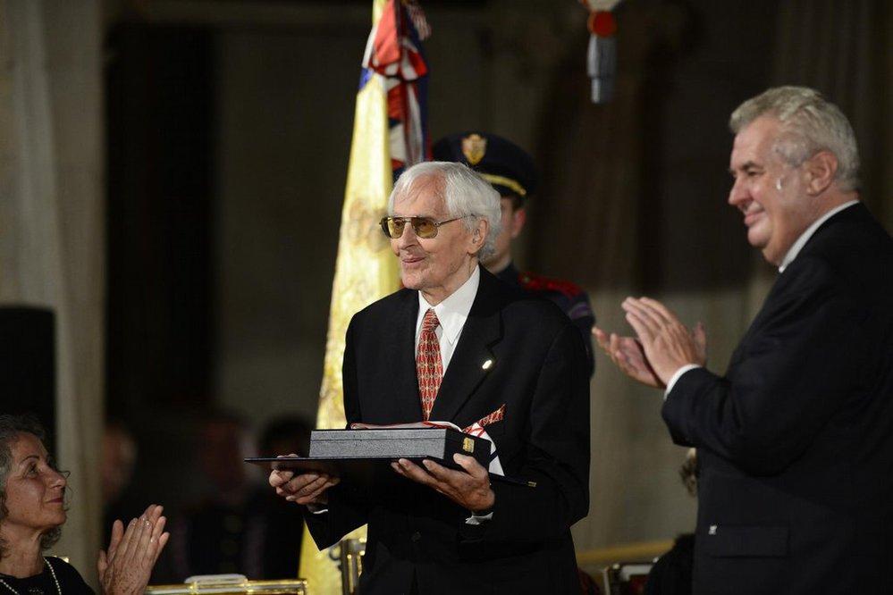 Cestovatel a spisovatel Miroslav Zikmund převzal 28. října na Pražském hradě Řád Tomáše G. Masaryka. Vpravo prezident Miloš Zeman.