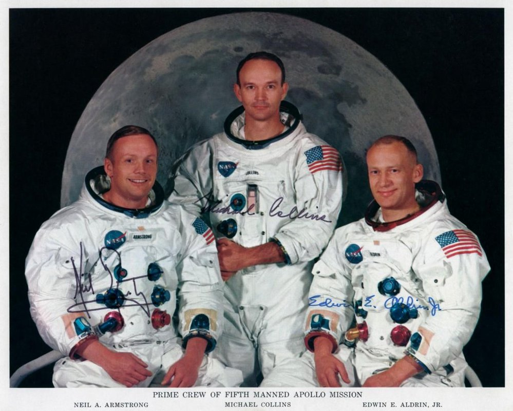Neil Armstrong (vlevo) spolu s dalšími členy posádky Apolla 11