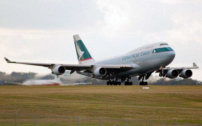 Nákladní Boeing 747 aerolinek Cathay Pacific startuje z letiště v Melbourne