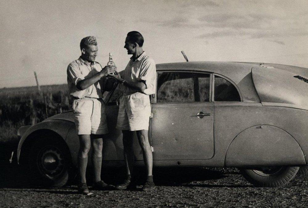 Jiří Hanzelka (vlevo) a Miroslav Zikmund. Novoroční přípitek v Brazílii dne 31.12. 1948.
