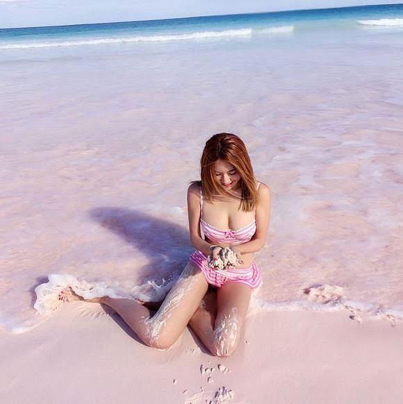 Růžová barva písku pochází z mikroskopických organismů foraminifera (česky dírkonožci, což jsou jednobuněční mořští prvoci) a výsledná barva je směsicí korálů, mušlí a uhličitanu vápenatého.