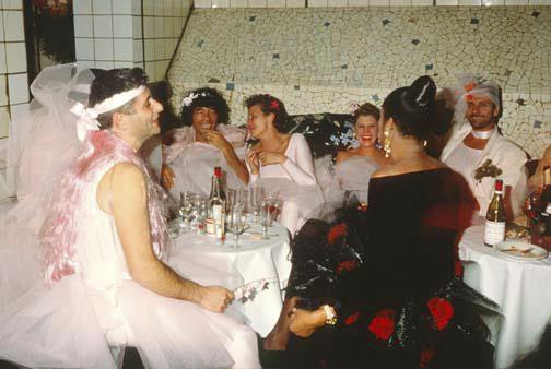 Interiér byl upraven pro potřeby nových návštěvníků, kteří ze starých lázní udělali noční klub proslulý hlasitou hudbou, drogami a nevázaným sexem.