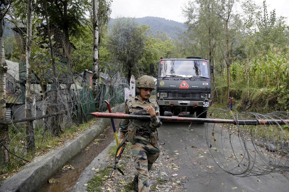 Indický voják na hranici Indie a Pákistánu v oblasti Kašmíru