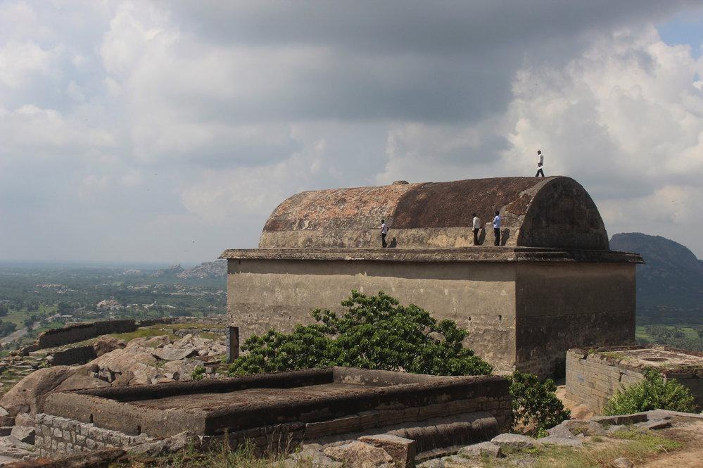 Na kopci Krishnagiri se nachází několik zachovalých budov.