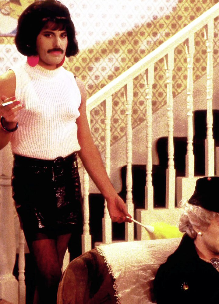 Freddie Mercury zpívá I Want to Break Free.