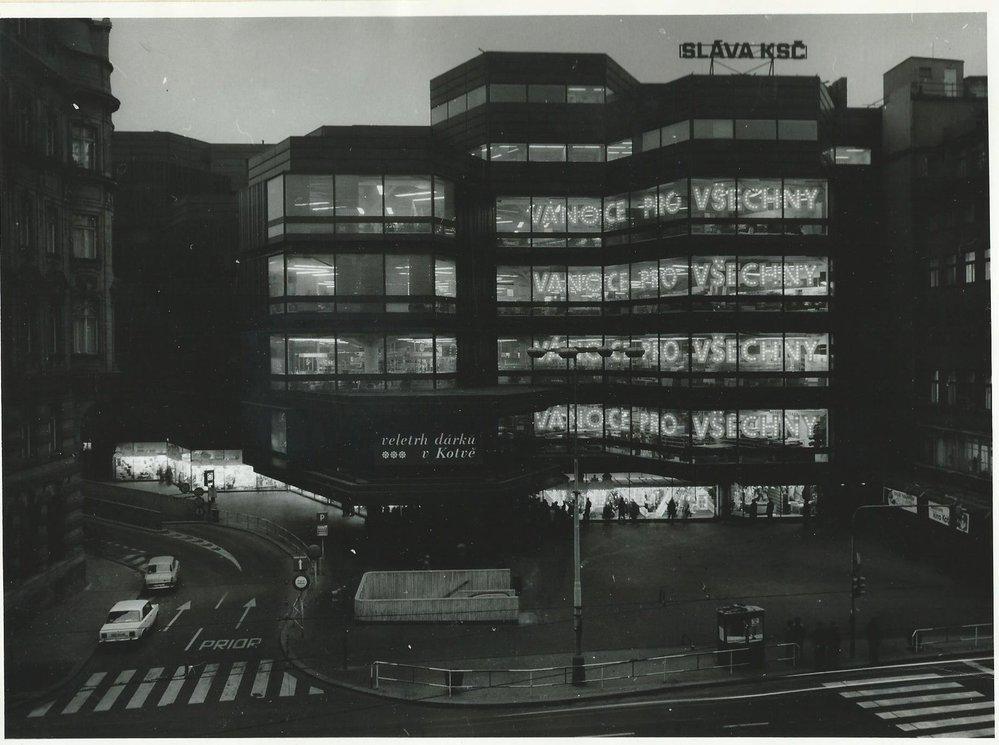 Obchodní dům Kotva na historickém snímku.