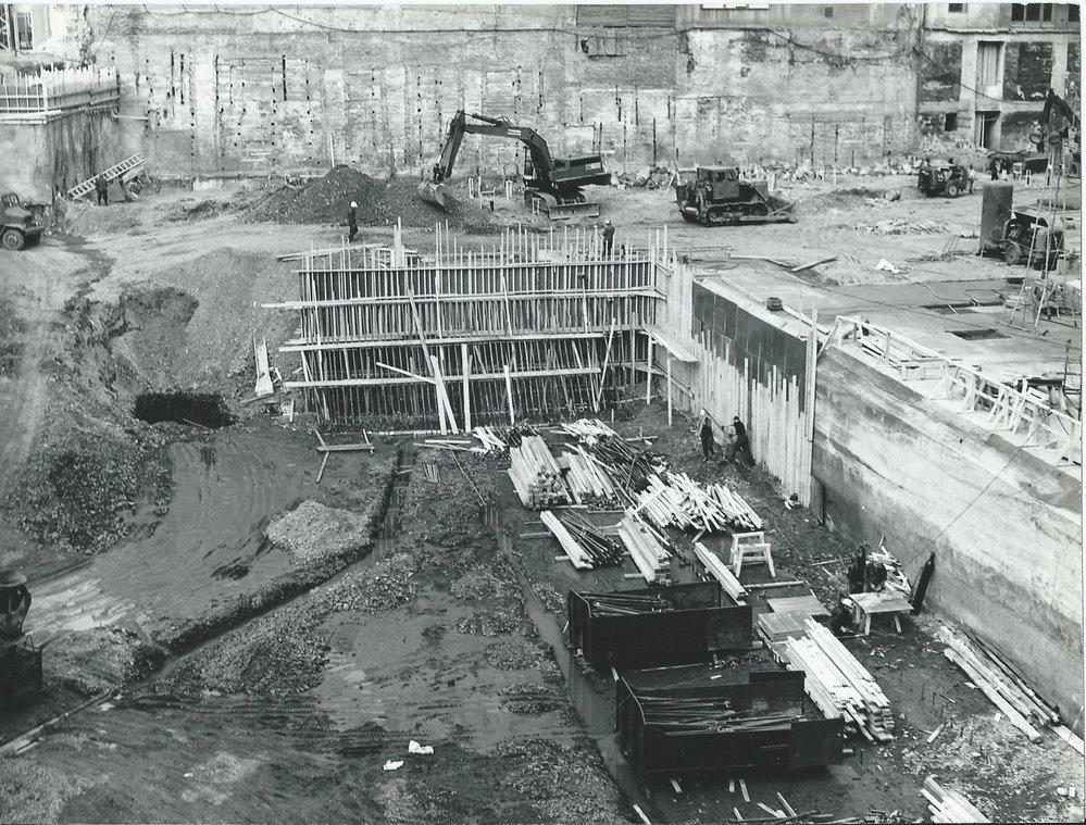Staveniště během výstavby OD Kotva.