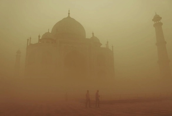 Cíl milionů turistů, Taj Mahal, není v ideální fotogenické formě.