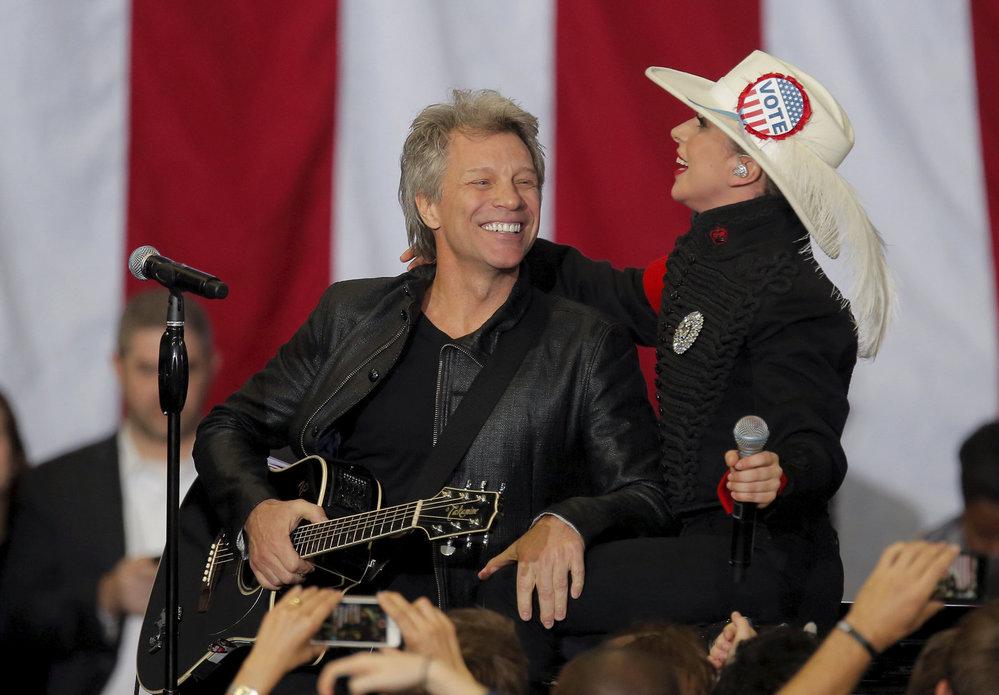 K americkým voličům promlouvají celebrity a to například Jon Bon Jovi nebo Lady Gaga