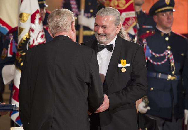 Prezident Zeman předává státní vyznamenání Danielu Hůlkovi