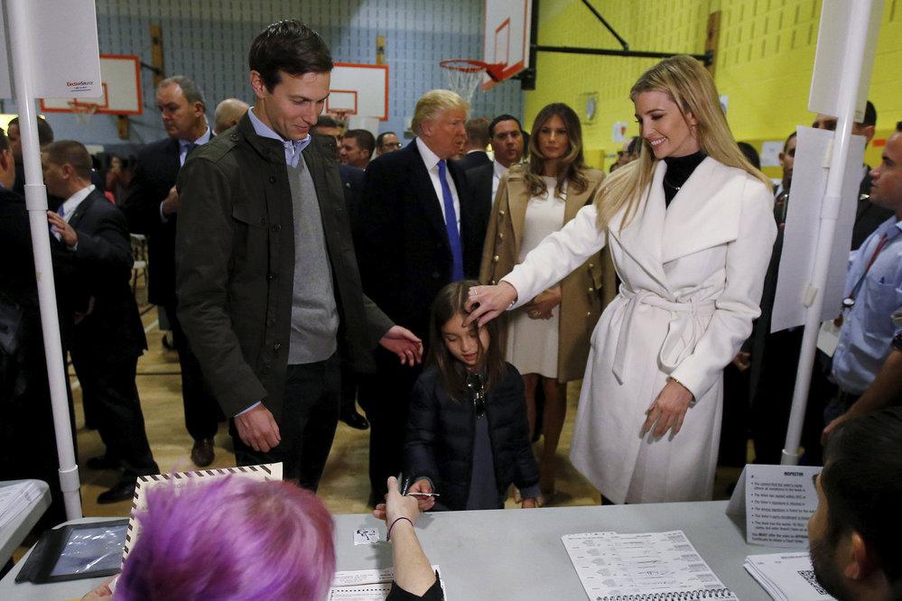 Ivanka Trumpová s rodinou ve volební místnosti