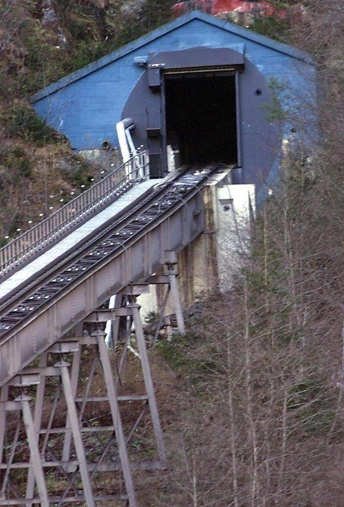 Tunel lanovky v hoře