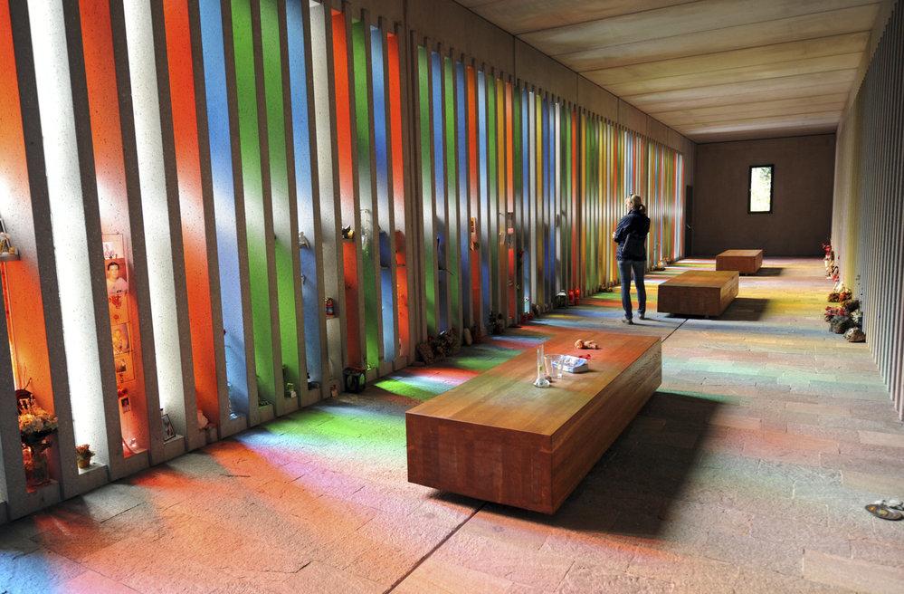 Památník připomíná všech 155 obětí - barvy symbolizují měsíce, ve kterých se oběti narodily