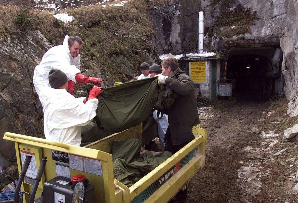 Záchranáři z tunelu vynášejí mrtvá těla
