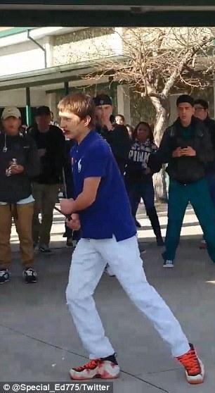 Student ohrožoval spolužáky nožem. Policista ho zneškodnil výstřelem