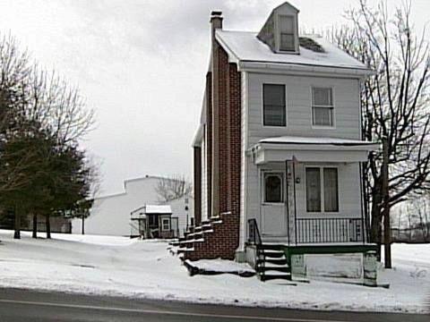 Jeden z mála domů, které zůstaly stát, byl původně řadovým domem. Dnes jej podpírají ocelové traverzy obložené cihlami.
