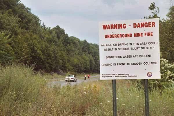 Oblast pennsylvánského důlního požáru obklopují varovné tabule, přesto se na místo vydává řada dobrodruhů.