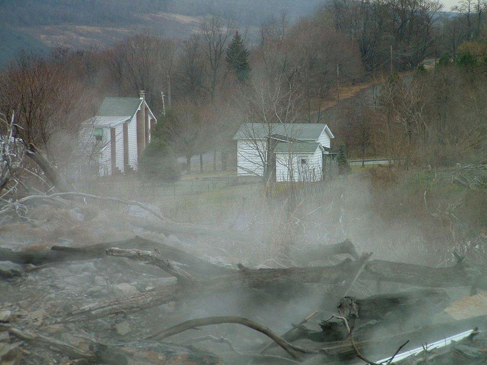 Požár se blíží k posledním pár stojícím stavením.