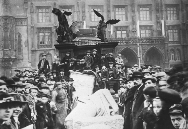 Povalený mariánský sloup na Staroměstském náměstí v Praze.