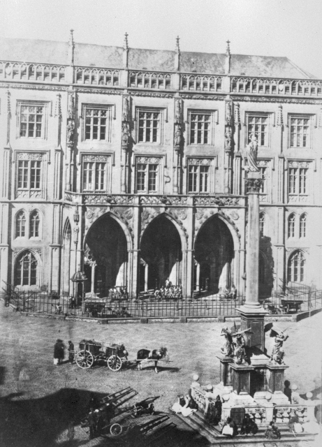 Mariánský sloup na Staroměstském náměstí na historickém snímku.
