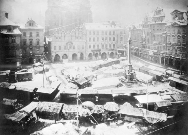 Mikulášský trh na Staroměstském náměstí s mariánským sloupem koncem 19. století.