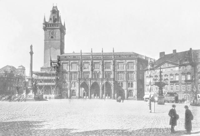 Staroměstské náměstí s mariánským sloupem mezi roky 1885 - 1890.