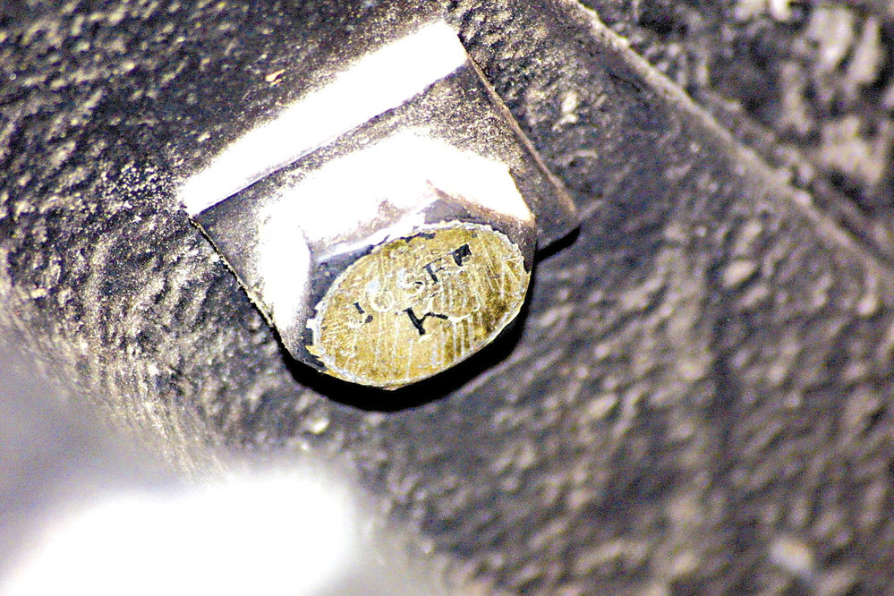 Josef Kemr uložil v Národním divadle zlatý poklad v podobě zlatých šroubů.