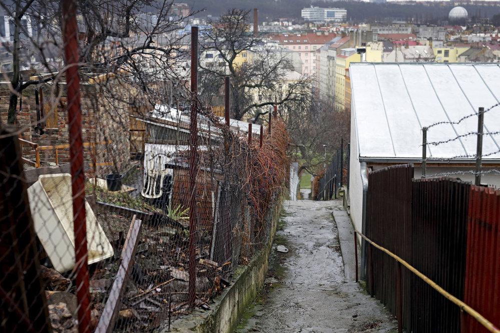 Právě kvůli úzkým uličkám zatím není možné přeměnit pozemky na stavební parcely.