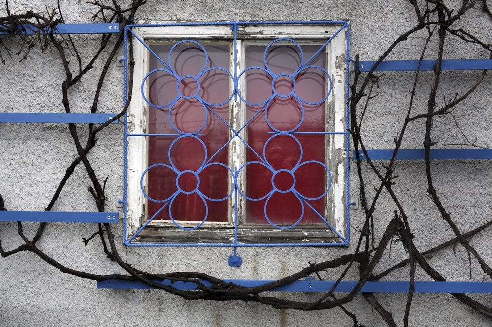 A malebnými okny.