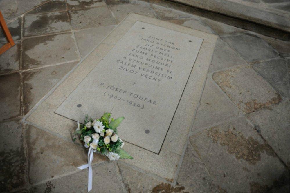 Zde spočívají ostatky Pátera Toufara, kterého v roce 1950 umučili k smrti policejní vyšetřovatelé.