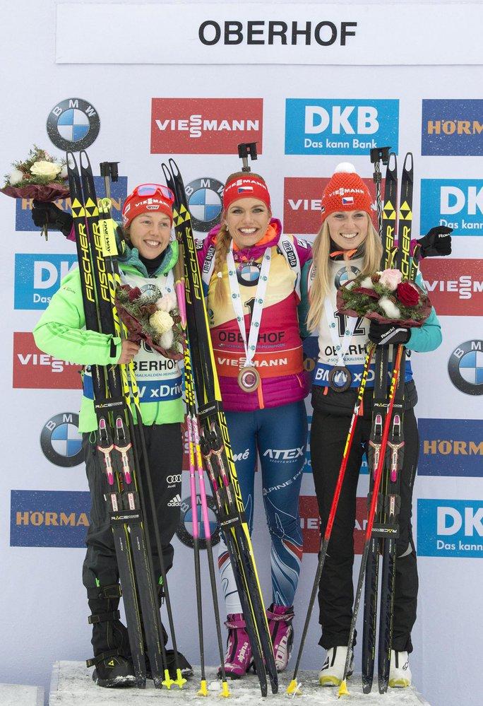 Na stupních vítězů zleva Laura Dahlmeierová, Gabriela Koukalová a Eva Puskarčíková