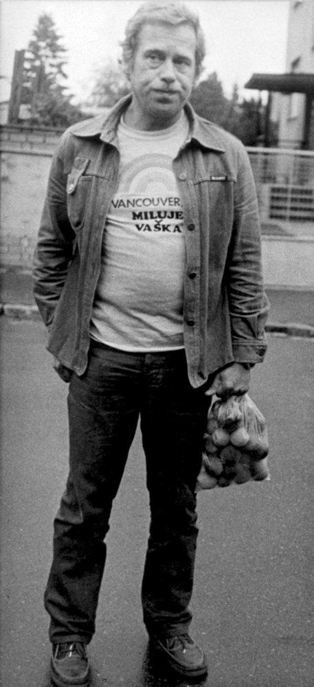 Desítky předvolání k výslechu a neustálé kontroly dokladů i při nákupu zažil také Václav Havel (†75).