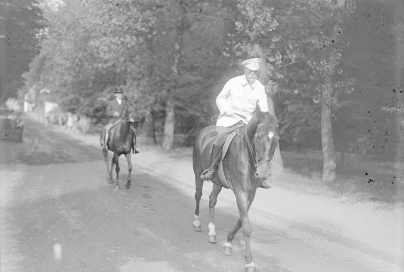 Prezident Tomáš Garrigue Masaryk během své oblíbené jízdy na koni.
