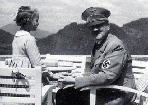 Adolf Hitler s Bernile Nienauovou. Její návštěvy u diktátora nezarazilo ani zjištění, že její babička byla židovka.