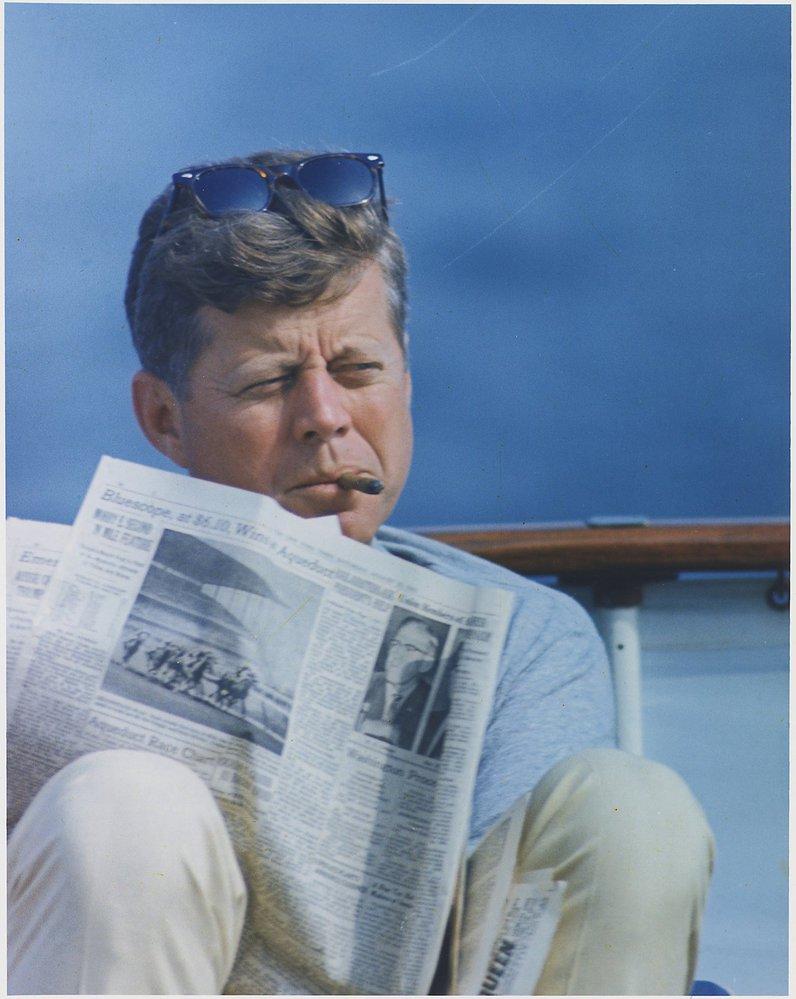 John F. Kennedy při čtení novin